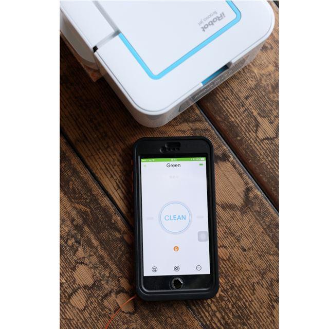 iRobot HOMEアプリをスマホにダウンロードする。Bluetoothにつなぎ、CLEANボタンを押せば、掃除が開始する
