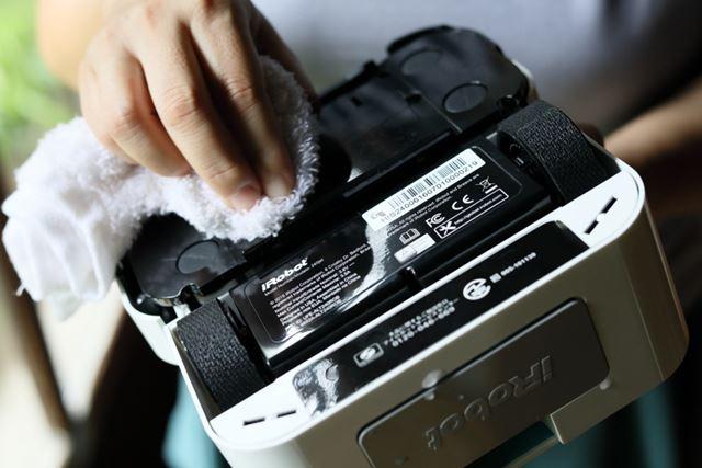 段差センサーやパッド感知センサーなどの掃除能力を保つために、定期的に水を湿らせた布で拭き手入れをする