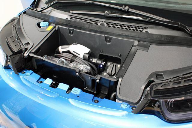 ボンネット内にある充電ポートは、家庭でも利用できる200Vの通常充電用で、約12〜13 時間でフル充電となる