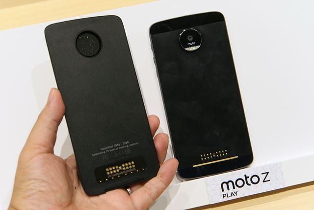 Moto Modsは背面にマグネットで取り付ける。接続設定などは不要で、そのまま利用できる
