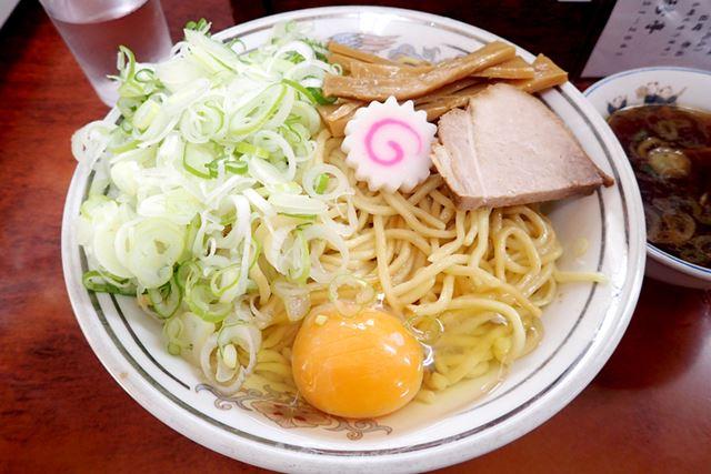 油そば大盛り(750円)+ネギ盛り(100円)+生卵(50円)+スープ(50円)を注文