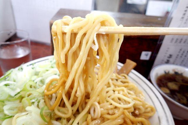 太麺の麺はやわらかめ。一気にかき混ぜて食べます