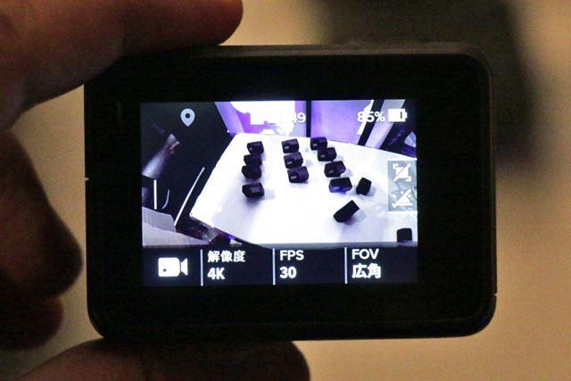 背面には2インチのタッチディスプレイを装備。画面下のアイコンにタッチして、数値を簡単に変更できる