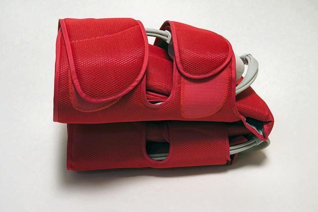 アタッチメント部に本体を収納して畳めばかなりコンパクトになります。バッグなどに入れれば収納も簡単です