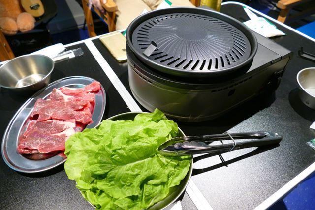 テーブルの真ん中に置いてサンチュと肉を用意