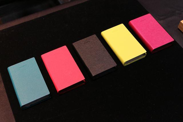 本体と同時発売のソフトケースは、本体と同じ5色展開だ