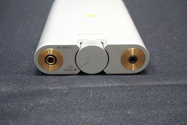 3.5mmステレオミニジャックを用いたアンバランス出力の2系統のヘッドホン出力を装備