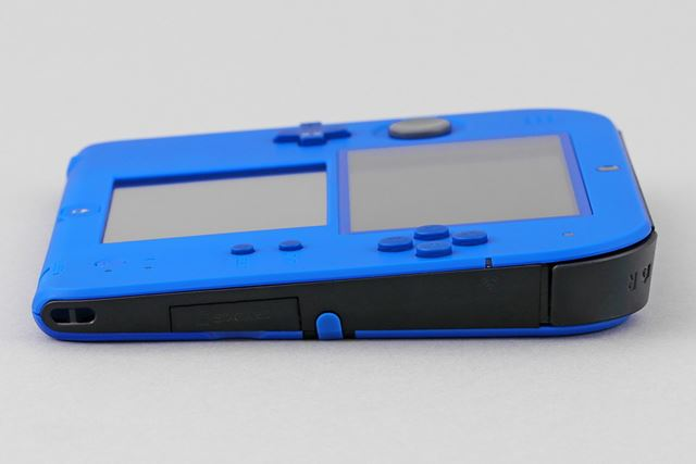The SD card slot is prepared on the right side, and the lid can be opened just by sliding it up