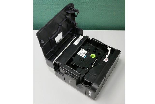 ラベルテープは、本体の側面をカパッと開いて入れられる構造になっている。最大幅24mmのテープが使用可能