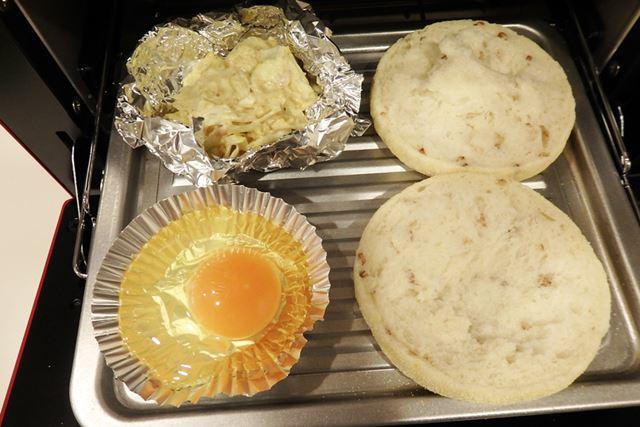 マフィンと具材(キャベツをマヨネーズとカレー粉で和えたもの)、そして生卵をセット