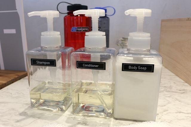 シャンプーやボディソープは透明な容器に詰め替えてラベルを貼れば、スッキリかつオシャレな浴室に