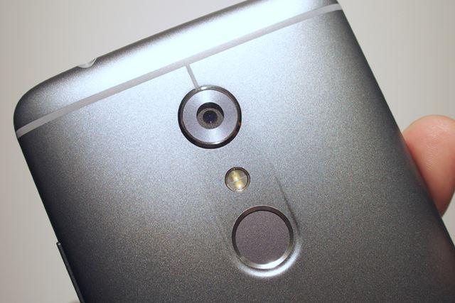 AXON 7は光学式と電子式の手ブレ補正機構を搭載。カメラの下には指紋センサーを備える