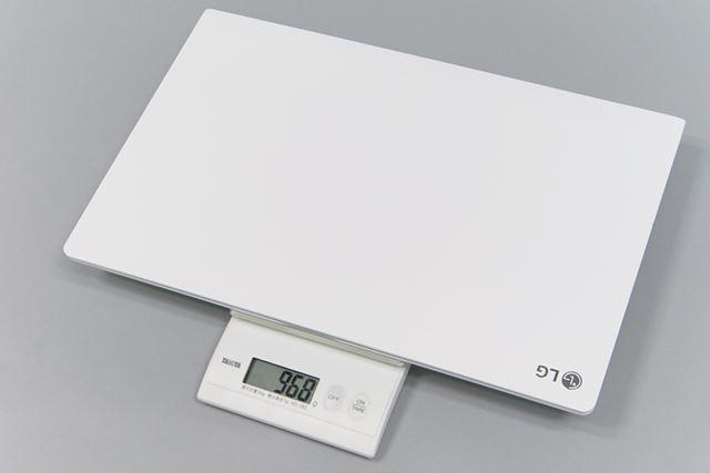 LG gramの重量は実測で968gという驚異的な軽さ