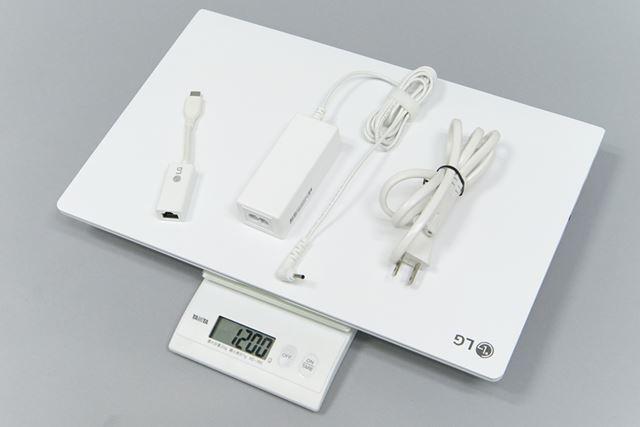 付属のACアダプターとLAN変換コネクターを合わせた重量は実測で約1.2kg