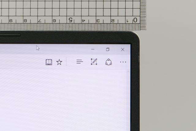 スリムなベゼルにより、14型クラスのノートパソコン並みのコンパクトさを実現している