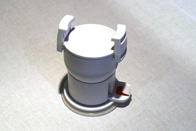付属のスマートフォンホルダー。底部は強力な吸盤になっており、鏡などに装着して使用する