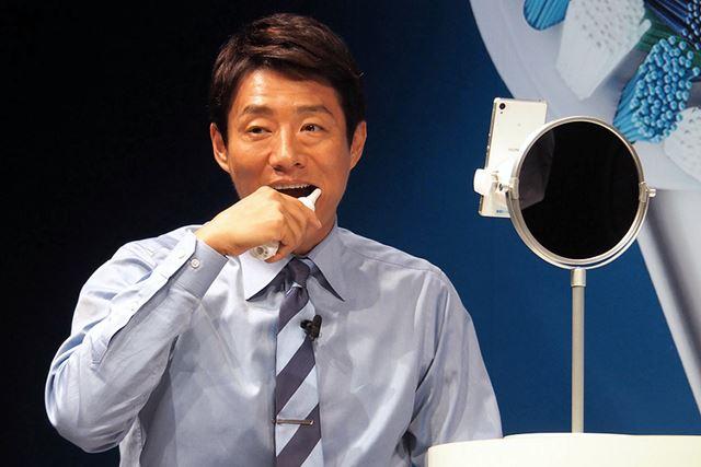 慣れた手つきで実際にジーニアス9000を使用する松岡氏