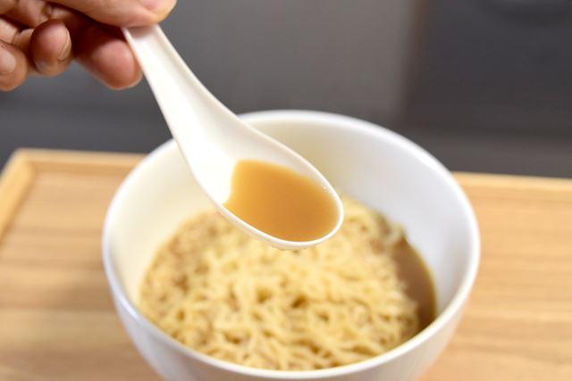 内容量は102g(麺90g)。どろっとしたスープが特徴です