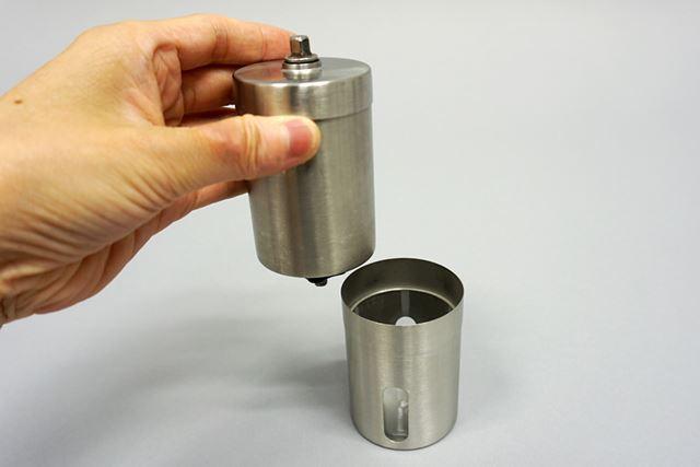 コーヒーミルの下部は粉砕されたコーヒー粉が溜まる容器で、上半分がミルする部分になります