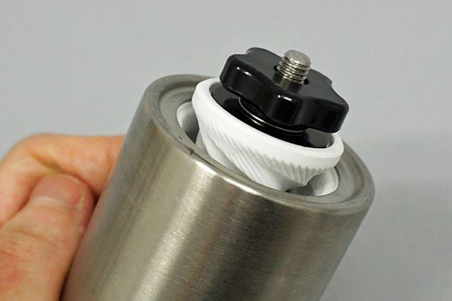ミルする部分には臼が搭載されています。風味を損なわないように、セラミック製の臼を採用