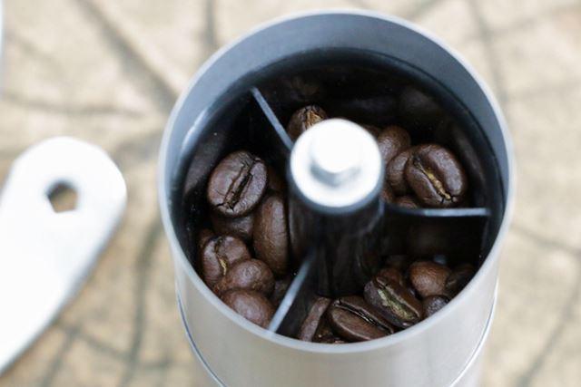 コーヒー豆はコーヒーミルのフタを外した所に投入。一度に約20g(約2人分)までコーヒー豆を挽けます