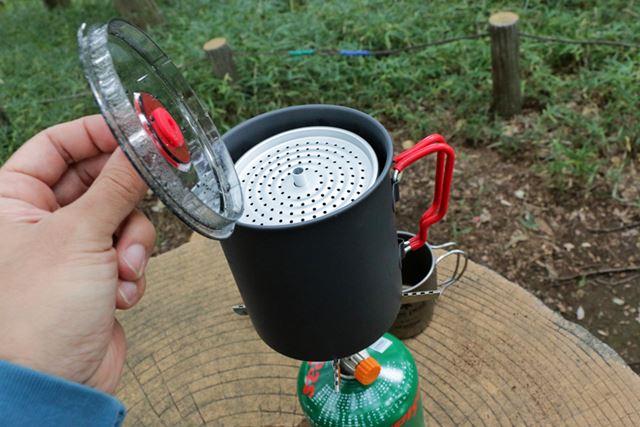 熱湯が入ったクッカーにストレーナーをセットし、クッカーのフタをして弱火にかけましょう