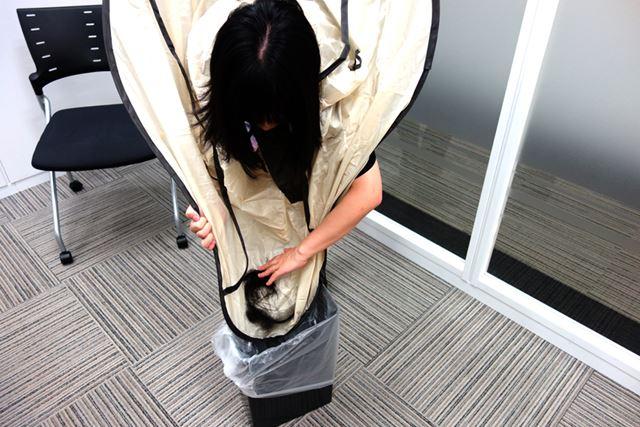マントにたまった髪をそのままゴミ箱へ
