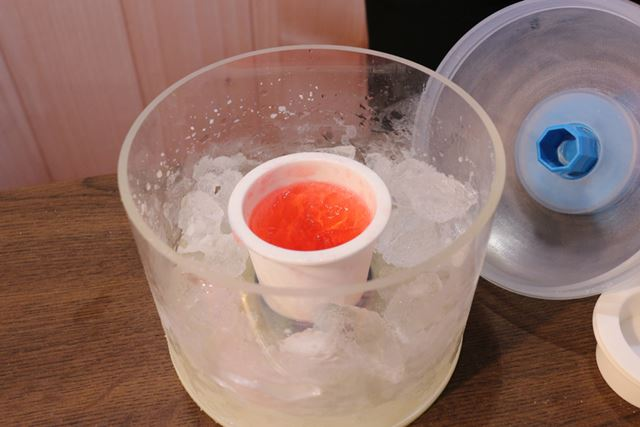 準備は、氷と水、塩を入れた本体に、溶かしたチョコやゼリーのもとなどを入れた専用カップをセットするだけ