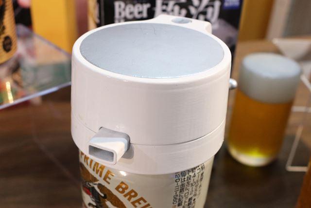 手のひらに乗るコンパクトサイズで、缶ビールの上にかぶせるだけで使用可能。アウトドアにも持っていけます