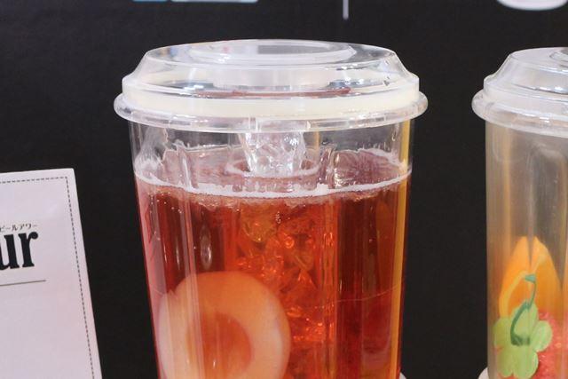 ボトル中央には、氷と水を入れる円筒があるので、ドリンクの保冷も可能