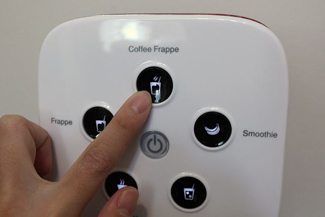 準備ができたら、「Coffee Frappe」のボタンを押すだけ。仕上がりの調節や、運転時間の設定は必要ない