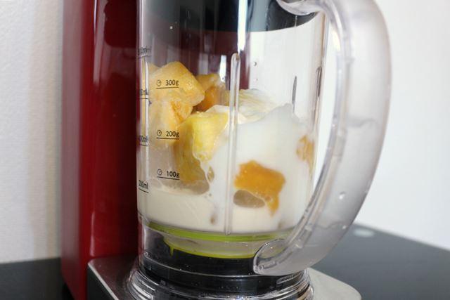 用意したのは、氷、フレッシュパイナップルと冷凍マンゴー、豆乳、ヨーグルト