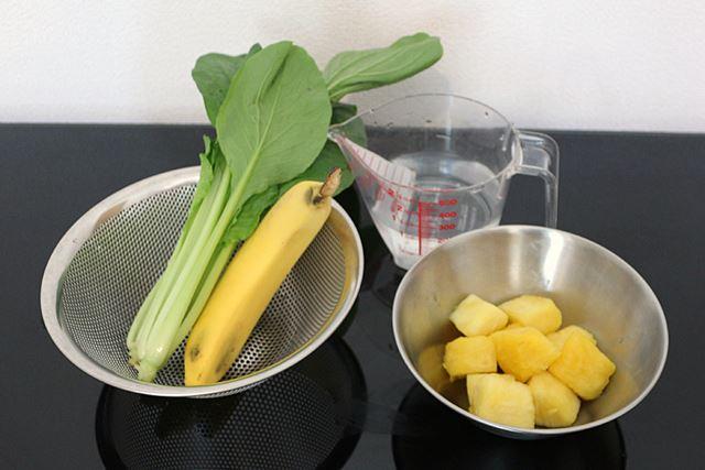 繊維の多いパイナップルと、葉物野菜の小松菜、バナナを用意