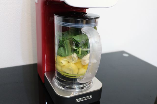 材料を入れた飲料ボトルをセット。一般的なミキサーと同様、葉物野菜を一番上にする
