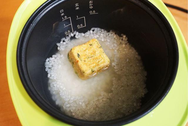 米と水を入れた内釜に、炊き込みごはんの素を投入して炊飯しましょう