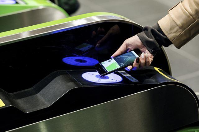 Suicaを登録したiPhone 7なら、改札にタッチして電車の乗り降りができる