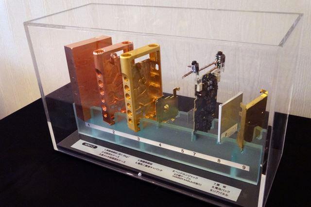 30万円のウォークマン「NW-WM1Z」の分解図も展示