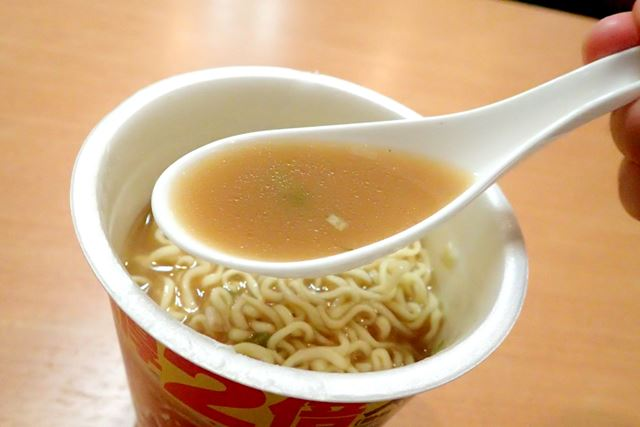 注目のスープを飲んでみると……Wスープの魅力を完全に再現している!