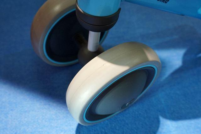 タイヤには傷をつけにくく、細かい振動を吸収する素材が採用されているため、室内で乗っても安心