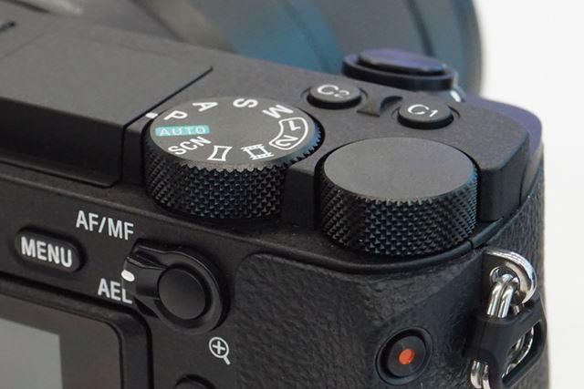 モードダイヤル/コントロールダイヤルは側面のローレット部分の形状が変更になった
