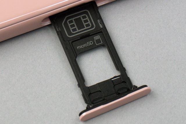 SIMカードはnanoSIMサイズ。microSDXCメモリーカードは256GBまで使用可能だ