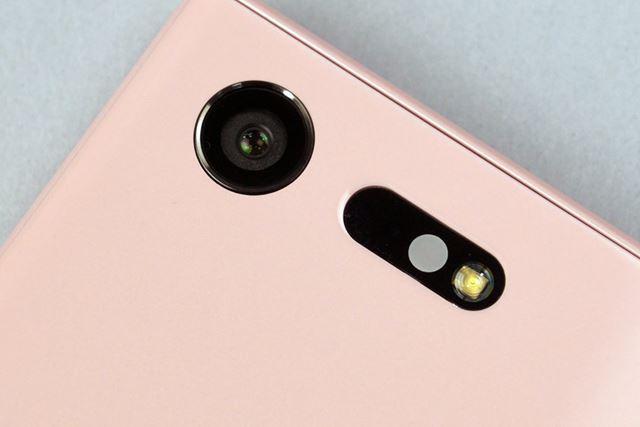 F値2.0のレンズは24mmの広角撮影に対応。メインカメラは「Xperia XZ」と同じ高性能なものになっている