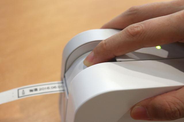 ラベルが出てきたら、テープカッターレバーを軽く押して切り離す
