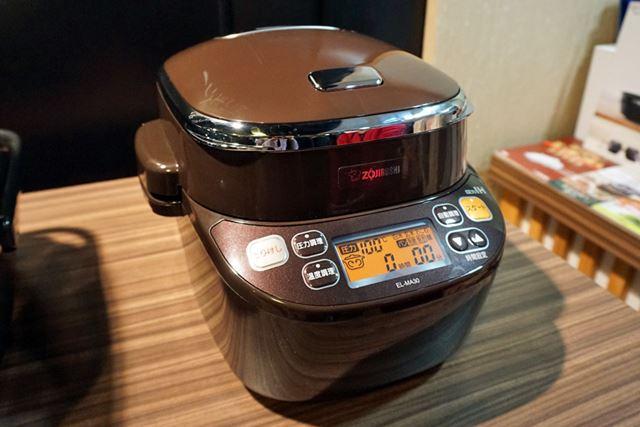 炊飯器のように見えますが、電気式の圧力鍋「EL-MA30」です