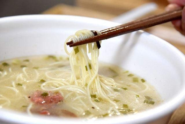 麺は、「これぞ豚骨ラーメン!」と言える、ストレートの極細タイプ。