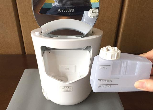 背面に給水タンクを備え、水を入れてセットすればOK。水分量の目安がわかりやすく表示されています
