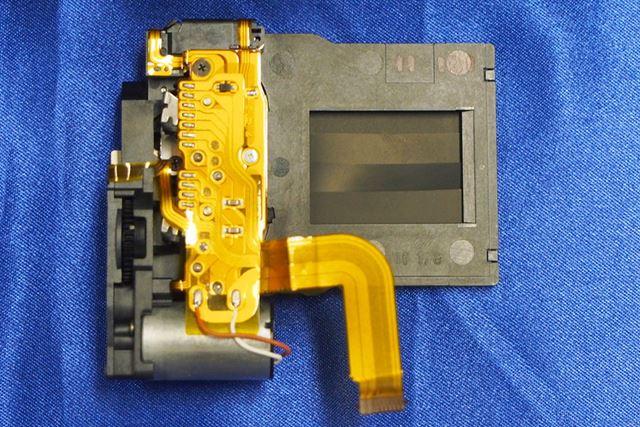 新開発のシャッターユニット。シャッターショックを抑えるバネダンパー方式の構造を採用している