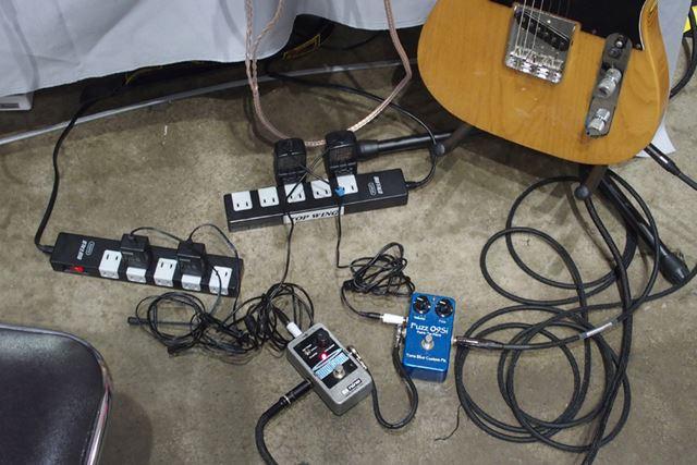 iFi Audioブースでは、電源アダプターでエフェクターの音に違いがでることをアピールしていた