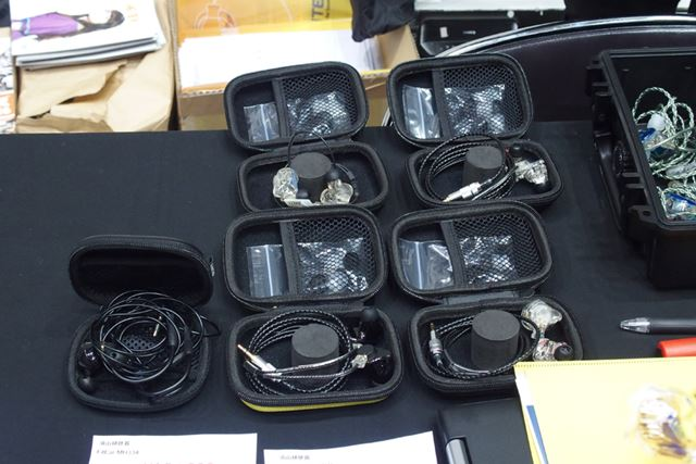 e☆イヤホンのブースには、FitEarやULTIMATE EARSのカスタムIEMの試聴機も用意されていた