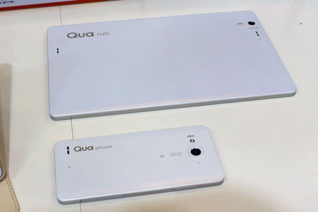 「Qua Phone PX」と調和の取れた背面デザインは継承されている。なお、防水・防塵仕様対応となっている